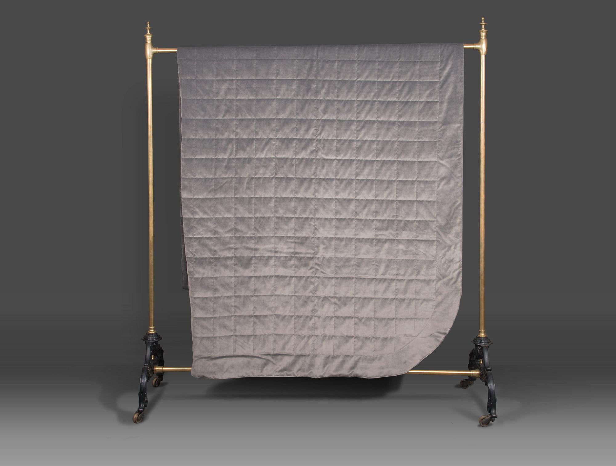dessus de lit en velours gris soubrier louer tissus dessus de lit contemporain. Black Bedroom Furniture Sets. Home Design Ideas