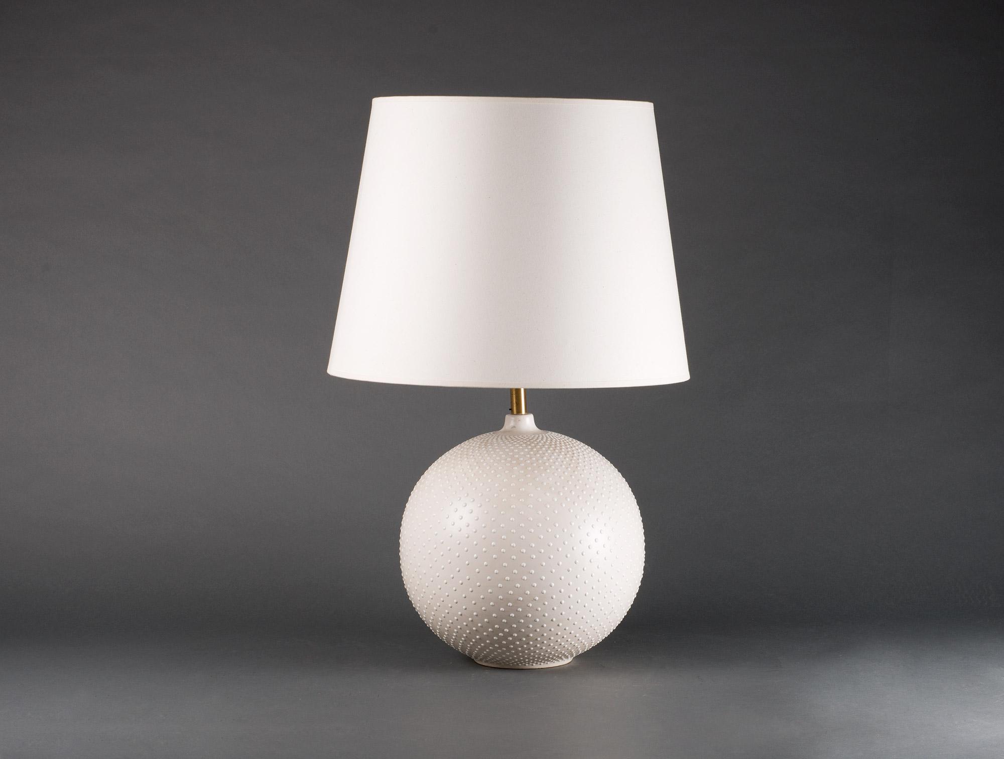 lampe blanche pied boule 75 cm soubrier louer luminaires lampe xxe. Black Bedroom Furniture Sets. Home Design Ideas