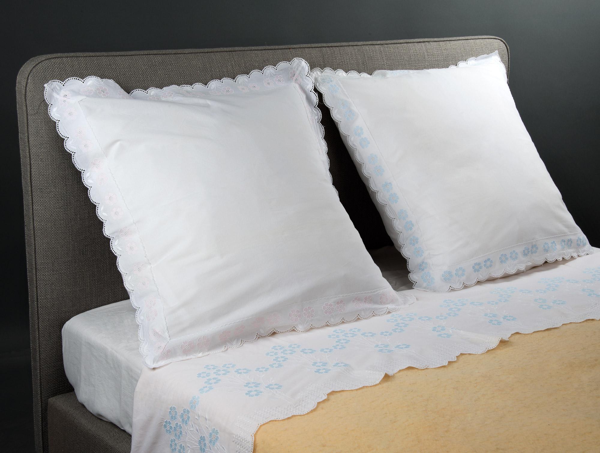 drap blanc broderie fleurs bleues soubrier louer tissus drap xxe. Black Bedroom Furniture Sets. Home Design Ideas