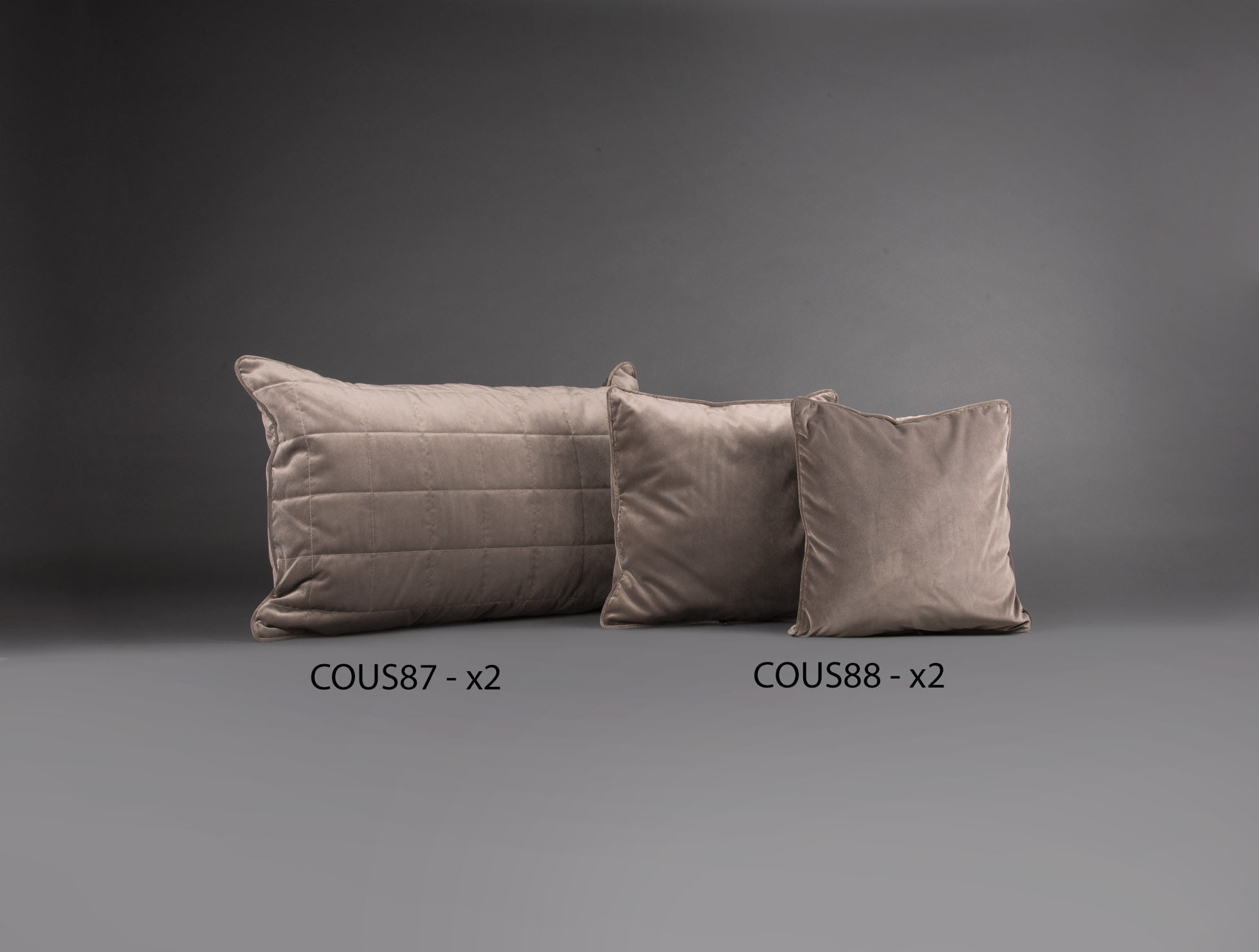 4 coussins en velours taupe soubrier louer tissus coussin contemporain. Black Bedroom Furniture Sets. Home Design Ideas