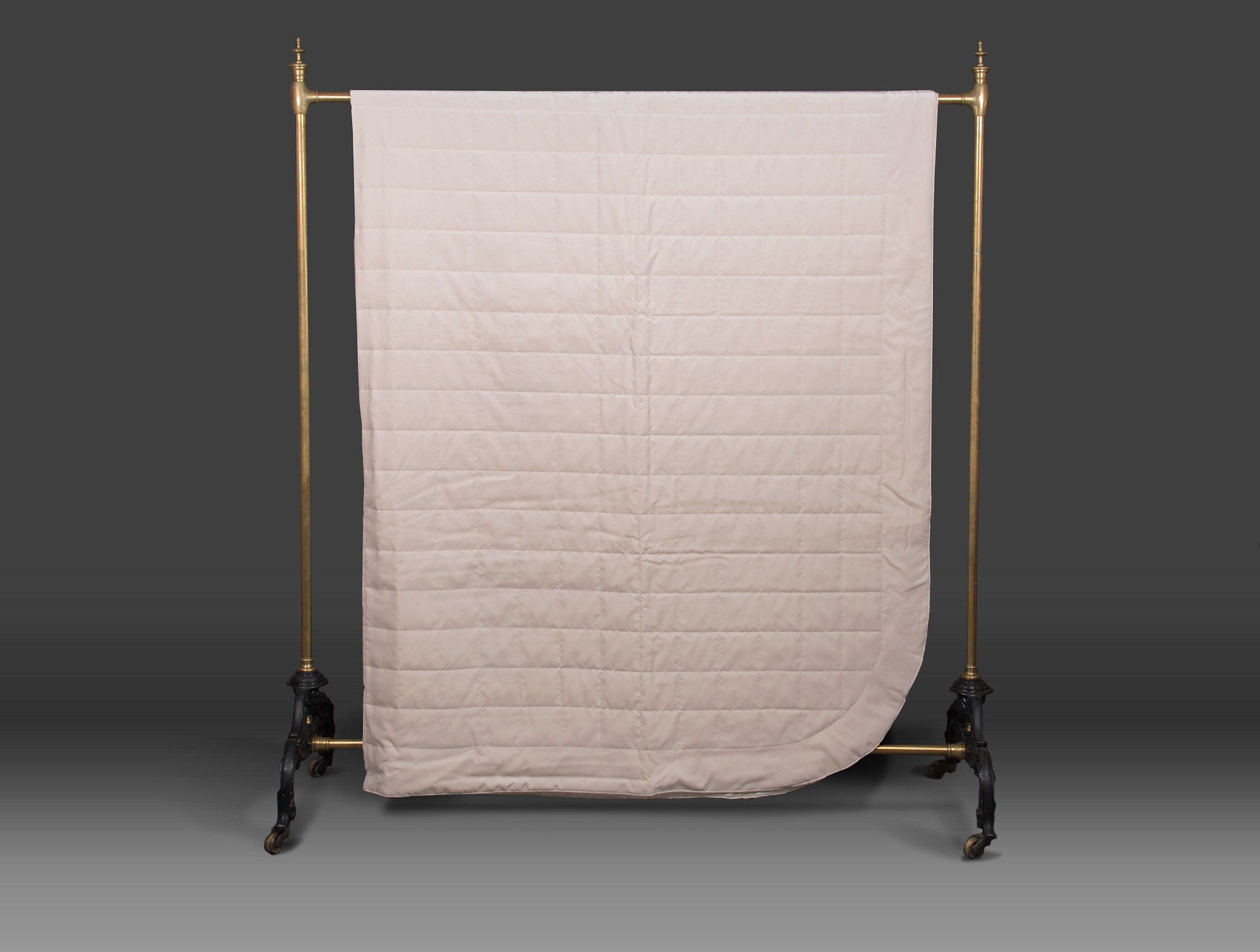 dessus de lit en velours ivoire soubrier louer tissus dessus de lit contemporain. Black Bedroom Furniture Sets. Home Design Ideas