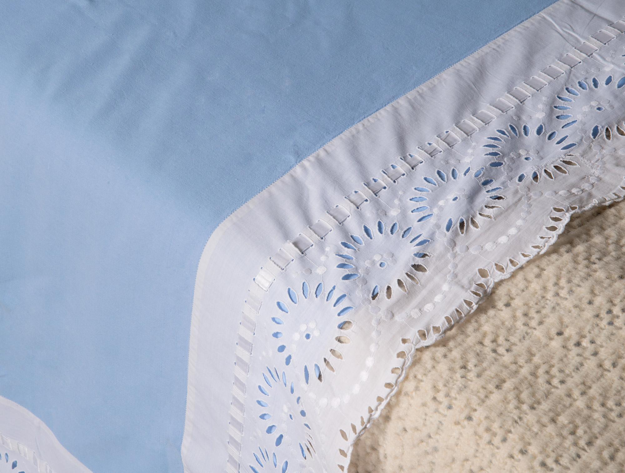 drap bleu avec broderie anglaise soubrier louer tissus drap xxe. Black Bedroom Furniture Sets. Home Design Ideas