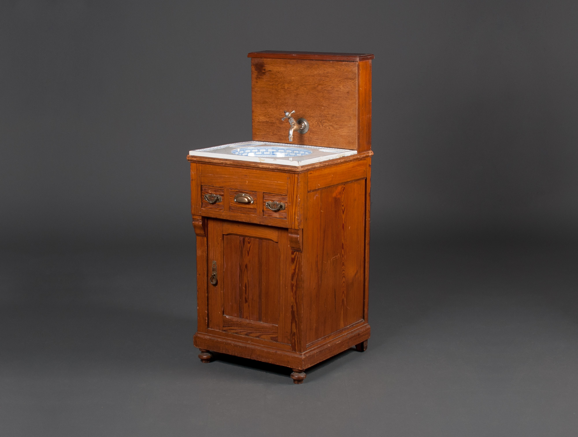 Meuble de toilette soubrier louer tables bureaux for Meuble dessus de toilette