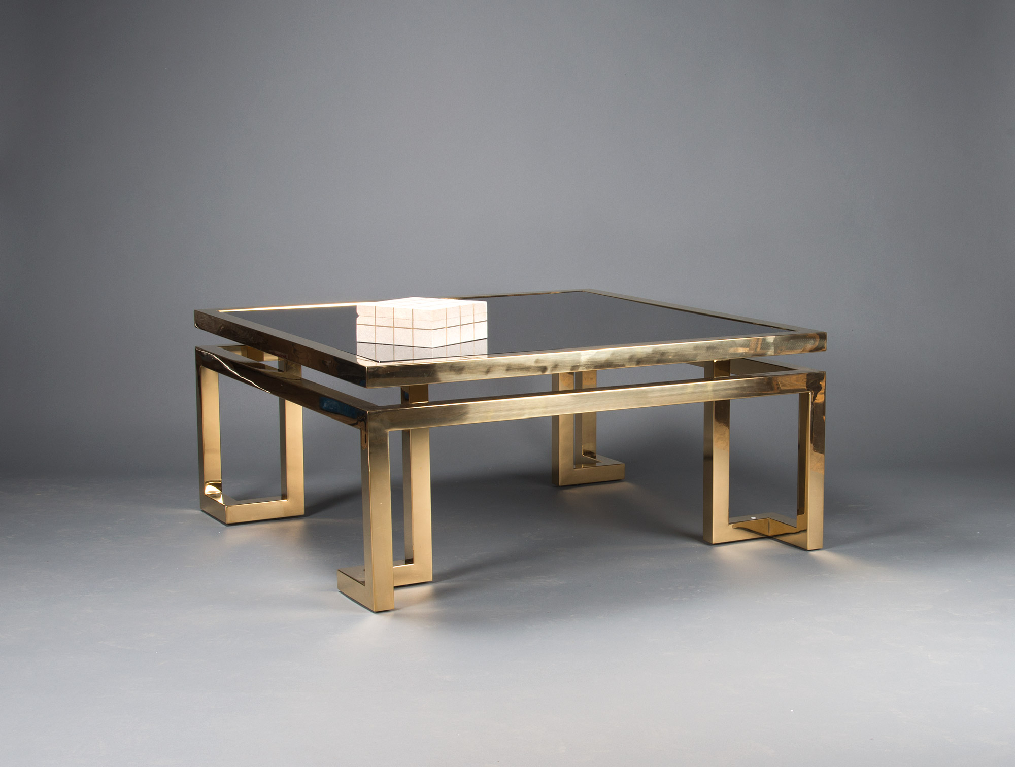 grande table basse dor e verre fum soubrier louer. Black Bedroom Furniture Sets. Home Design Ideas