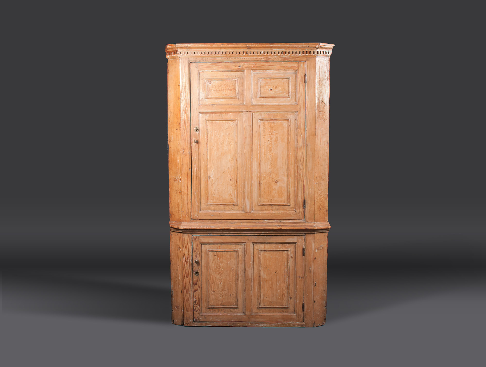 encoignure anglaise xviiie soubrier louer rangements buffet xviiie. Black Bedroom Furniture Sets. Home Design Ideas