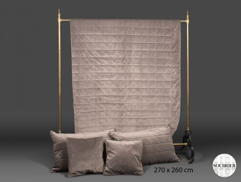 dessus de lit en velours taupe soubrier louer tissus dessus de lit contemporain. Black Bedroom Furniture Sets. Home Design Ideas