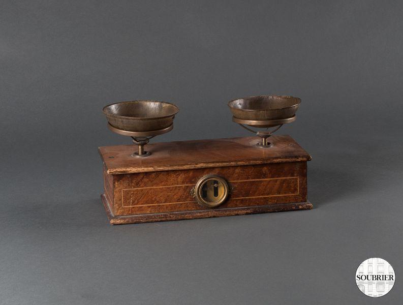 balance tabac en bois soubrier louer objets d co scientifique xxe. Black Bedroom Furniture Sets. Home Design Ideas