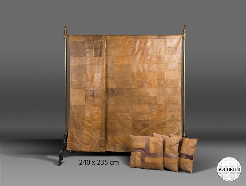 dessus de lit en cuir marron soubrier louer tissus dessus de lit xxe. Black Bedroom Furniture Sets. Home Design Ideas