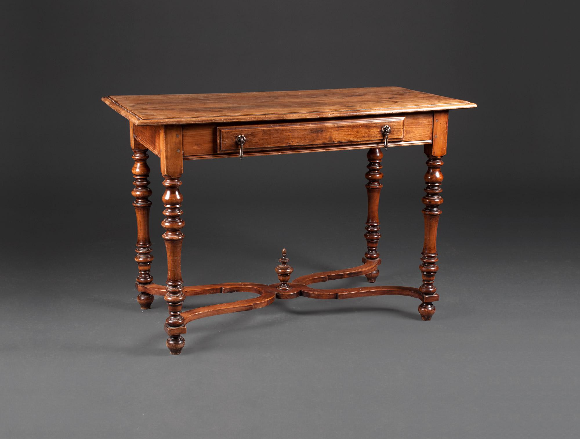 petite table de style louis xiii soubrier louer tables bureaux table xixe. Black Bedroom Furniture Sets. Home Design Ideas
